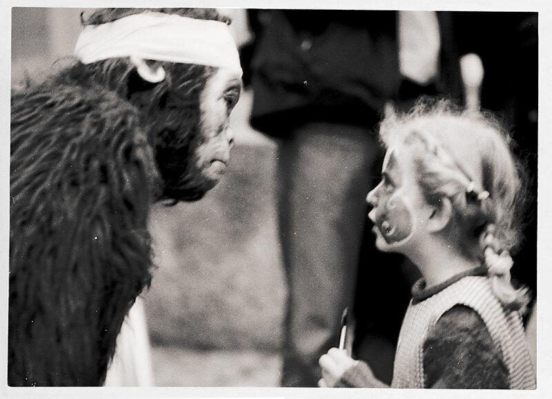 Kind mit Affe